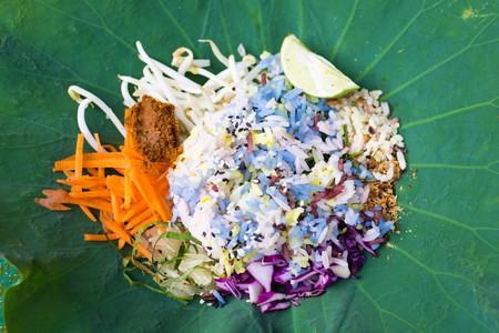 Rice salad herb in lotus leaf packaging│© Krisda/Shutterstock
