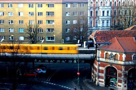 Train entering u-bahnhof schlesisches tor in berlin kreuzberg   ©  De-okin  / wikicommons