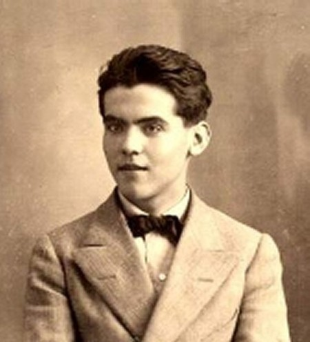 Federico García Lorca in 1914. This photo was found at the University of Granada in 2007 and its author is unknown | unknown author/WikiCommons