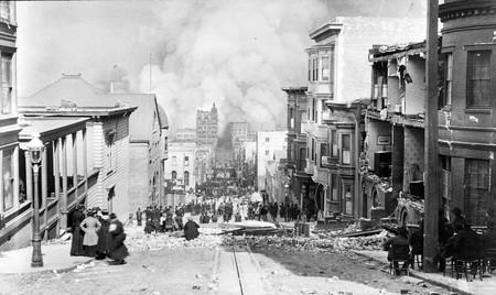 Looking toward the fire on Sacramento Street @ Public Domain/Arnold Genthe