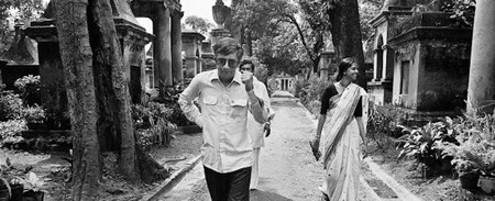 Dom Moraes with Ina Puri at the Park Street Cemetery, Calcutta, 1980 | © Pablo Bartholomew