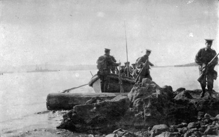 Soldiers landing at Gallipoli, 1915 | © National Library NZ on The Commons/Flickr