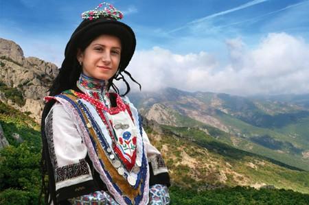 A Sarakatsani girl in traditional dress | © SlavaBogur/WikiCommons