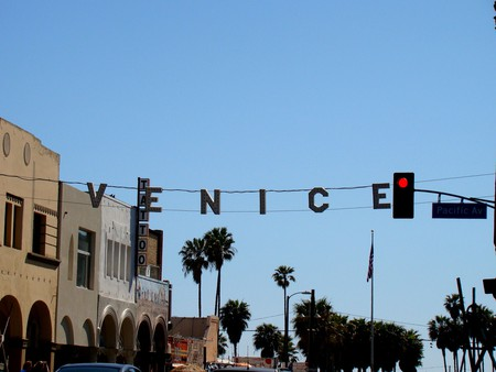 Entrance to the Venice Beach Boardwalk © vmiramontes/Flickr