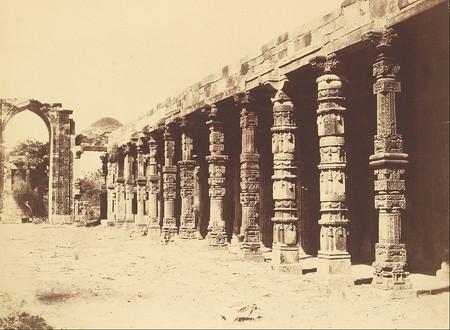 Interior of Hindu Temple, Kootub 1858/©Charles Morivia/WikiCommons