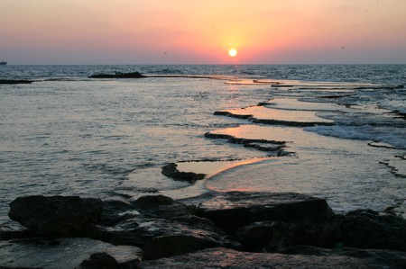 Caesarea Sea Courtesy of WiikiCommons| אלון שטרסמן