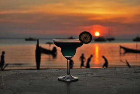 Cocktail and sunset © Sarah Larkin/Pixabay