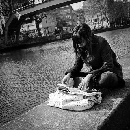 Woman reading by Paris canal © macadam13/Pixabay