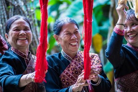 Women with Thai silk  © Pixabay