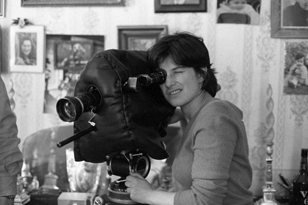 The late director Chantal Akerma sees through her camera's lens |© Courtesy of Festival do Rio