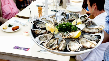 At De Oesterput in Blankenberge the salty treats wind up on your plate in record time thanks to the restaurant's own oyster-growing pit | © De Oesterput