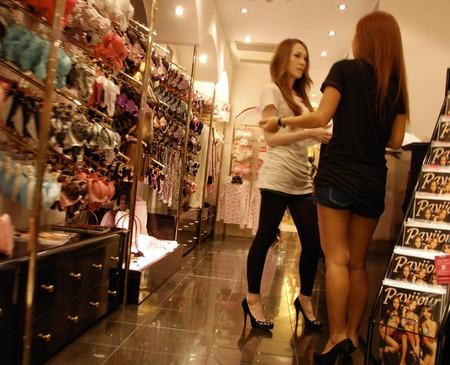 Glamorous shopstaff inside the Shibuya 109 mall | © Paul Keller/Flickr