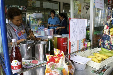 A  woman selling coffee, tea, and smoothies in Bangkok, Thailand  | © Courtesy of Kelly Iverson