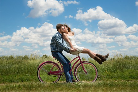 Couple biking © Karen Warfel/Pixabay