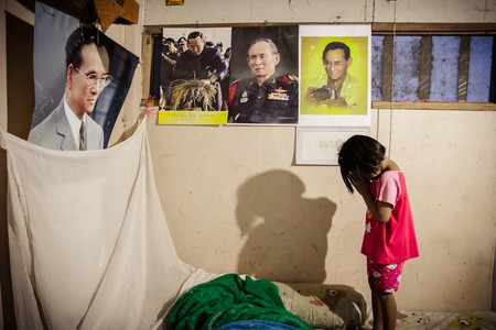 A child pays respect to the King of Thailand in Phitsanulok ©  Left Handed Photography / Shutterstock