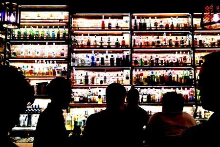 Customers enjoying cocktails | © Travis Wise / Flickr
