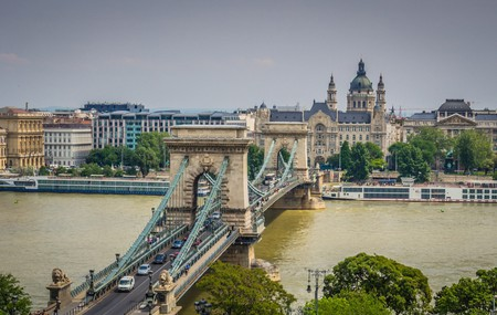 Chain Bridge from tram line bridge | © Randy Connolly / Flickr