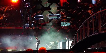 Centre stage guitarist entertains at the Millennium|©Armin Rodler/Flickr