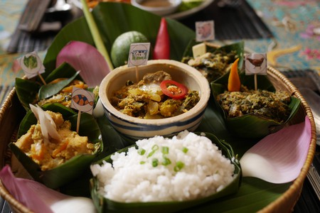 A tray full of all the ingredients that complete the traditional Cambodian dish, fish amok | © hwaleuk/Shutterstock