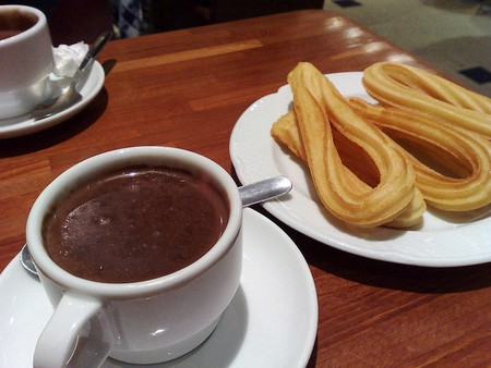 Enjoy some churros with chocolate at Horchateria Santa Catalina | © Wikimedia Commons