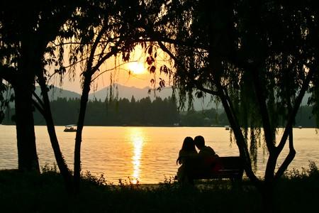 Couple by West Lake | ©Francois Philipp