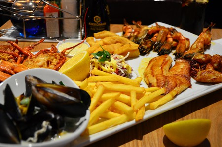 Seafood platter with fish, prawns, mussels and chips © Ben Sutherland/Flickr
