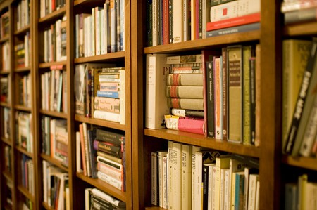 Bookshelf | © Stewart Butterfield/Wikimedia Commons