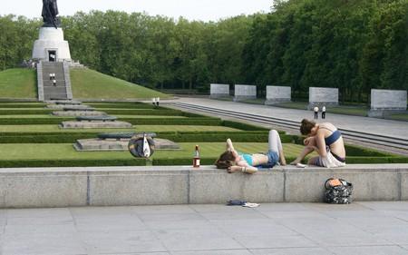 Girls relaxing at the soviet memorial | © Romana Klee/Flickr