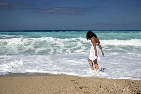 Girl on beach  | ©  Ana_J/Pixabay