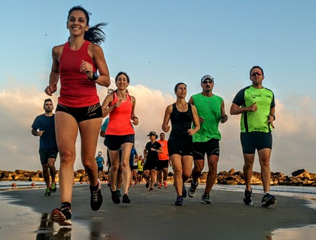 A group of runners at Tel Aviv's Gordon Beach | © Ran Shilon, Endure, Flickr
