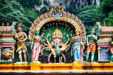 A Hindu temple at the Batu Caves in Kuala Lumpur | © r.nagy / Shutterstock