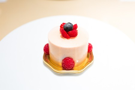 Strawberry and pistachio mousse cake from Hidemi Sugino | © City Foodsters/Flickr