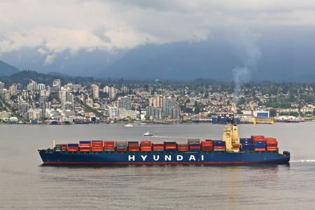 Hyundai container ship at Vancouver harbor | © Roy Luck / Flickr