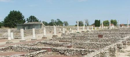 Tác, Gorsium, Decumanus Maximus, főutca | © Sunion / Wikimedia Commons