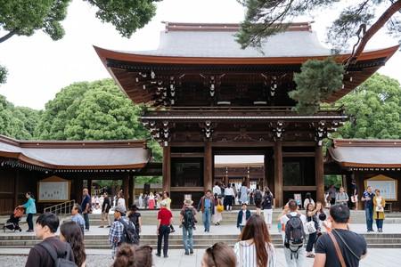 People flock to the Meiji Shrine.