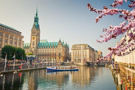 Hamburg townhall and Alster river at spring | © S.Borisov/Shutterstock
