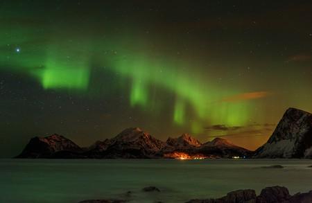 An aurora borealis over the mountains in the Lofoten islands, Norway | ©Vadim Petrakov/Shutterstock