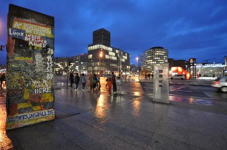 A slab of The Berlin Wall at Potsdamer Platz | © Jorge Láscar/ Flickr