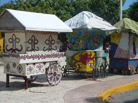 Mexican caravans in Cancún | © Fraser Mummery/Flickr
