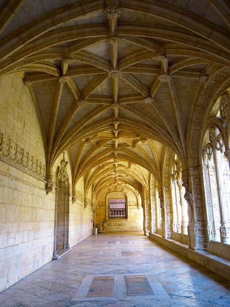 A corridor of the Jerónimos Monastery © Pixabay