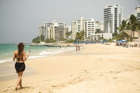 Woman walking on a beach in San Juan | © Andrew Hart/ Flickr