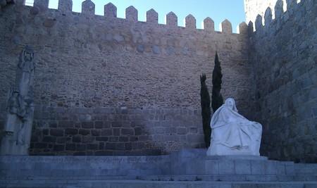 A statue of Saint Teresa outside the walls of Ávila  | © malditofriki/Flickr
