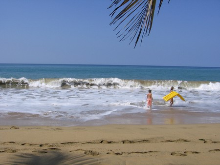 Children at a beach in Puerto Rico | © Bulaclac Paruparu/ Flickr