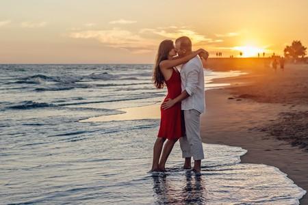 Couple on their honeymoon | © Adam Kontor / Pexels
