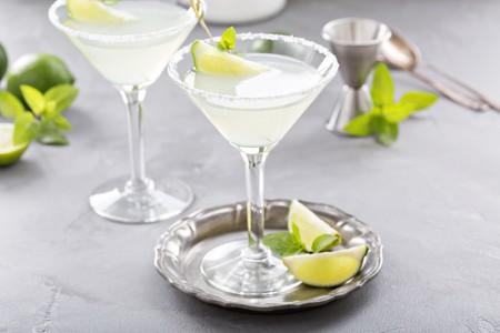 Lemonade martini cocktail garnished with lime and mint | © Elena Veselova / Shutterstock