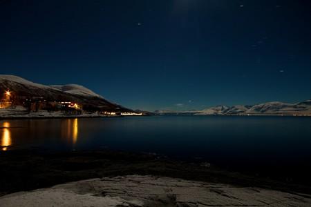 Sea by night close to Tromsø © Rafa Win / Flickr