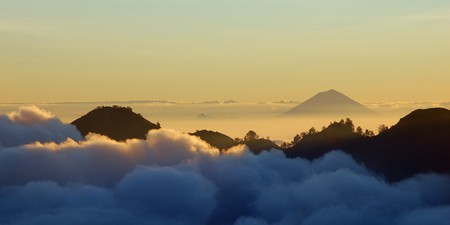 Mount Agung in Bali seen from Mount Rinjani in Lombok | © Rosino/Flickr