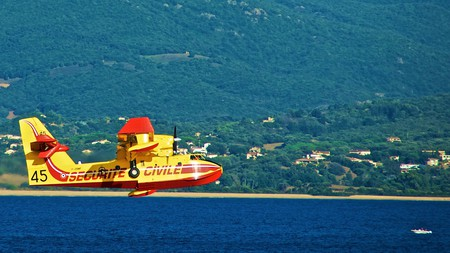 Canadair over the beach | © JeanbaptisteM/Flickr