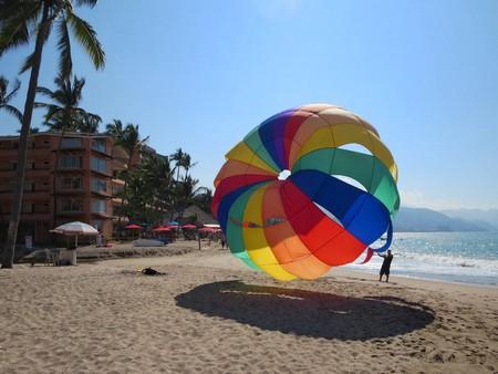 Parasailing in Puerto Vallarta | © David Stanley  / Flickr