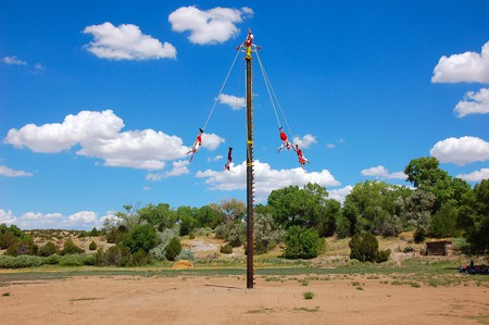 Which is most spectacular? The backdrop or the voladores? | © Larry Lamsa/Flickr